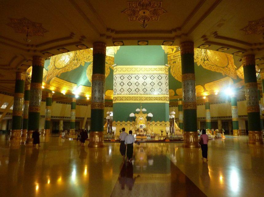 Intérieur de la pagode de Uppatasanti en Birmanie